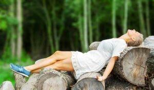 LIggende på træstammer