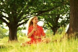 Rød kjole under træ